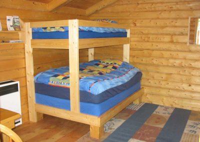 Doppelbett und Einzeletagenbett